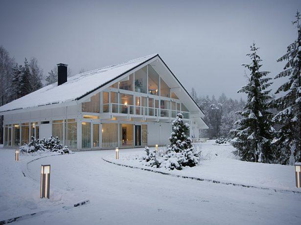 Крыша жилого дома под снегом