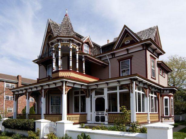 Шпилеобразная крыша как элемент декора