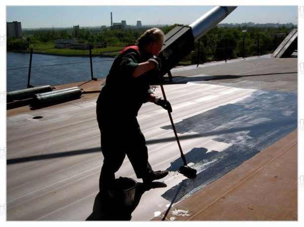Покрытие бетонной крыши праймером