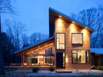 Двухэтажный коттедж с односкатными крышами на разных уровнях