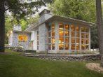 Дом в американском стиле с застеклённой террасой
