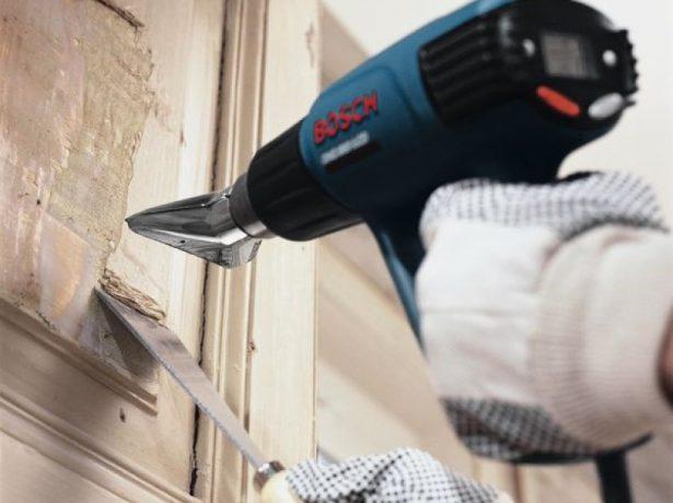 Процесс снятия старой краски с двери