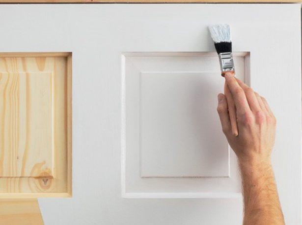 Процесс нанесения краски на дверь
