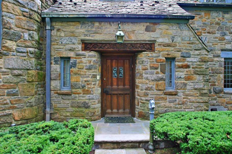 Как состарить деревянные двери своими руками: узнаём новое и повторяем старое