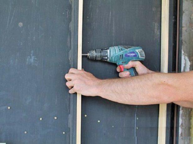 Монтаж деревянных реек на внутреннюю сторону двери