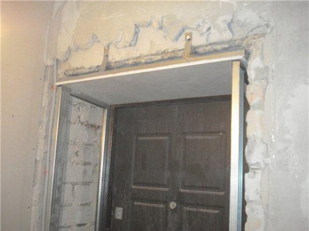 Требующий ремонта дверной проём