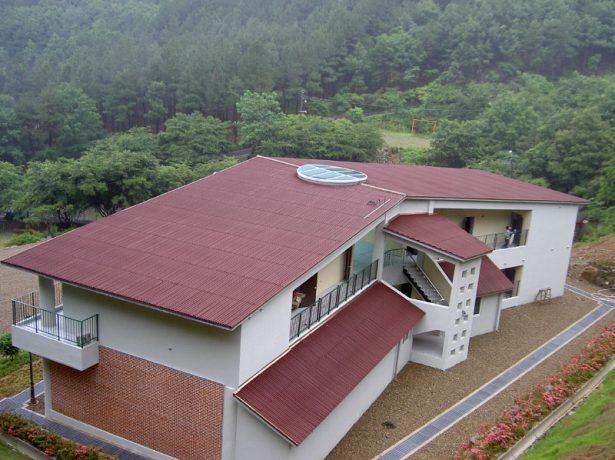 Крыша из ондулина на двуэтажном доме