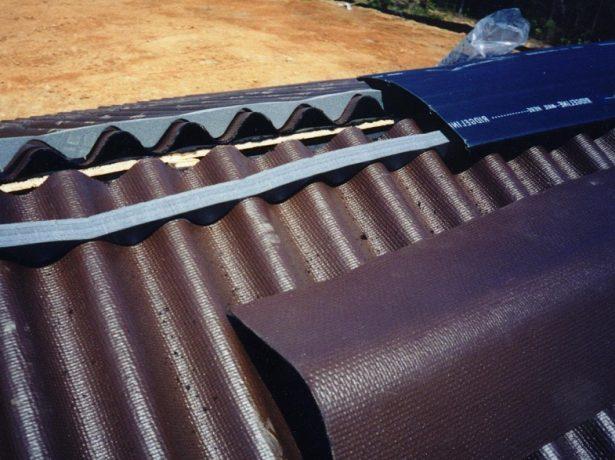 Монтаж конька крыши из ондулина