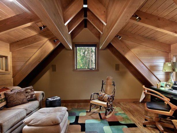 Интерьер помещения с декоративными стропилами