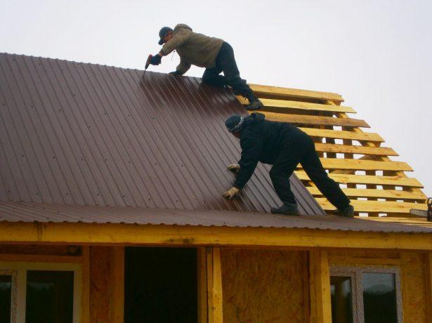 Профнастил на двускатной крыше с навесом