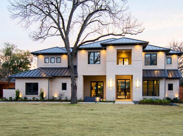 Дом с несколькими пологими крышами