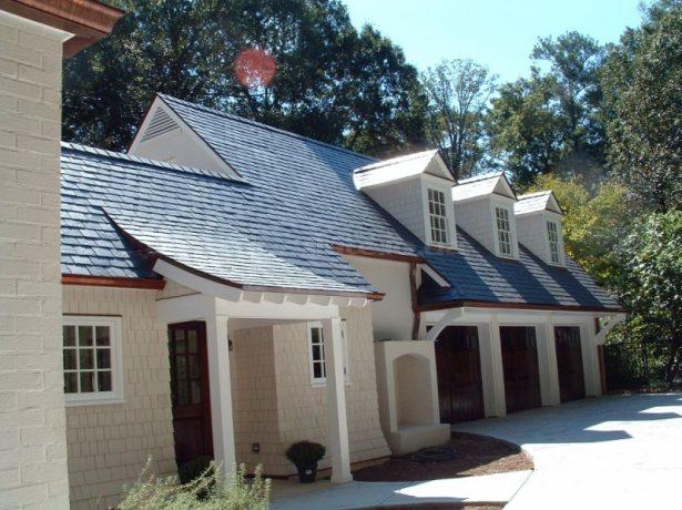 Дом с крышей из сланца