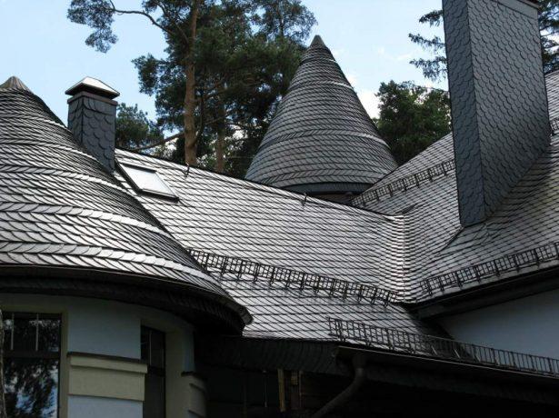 Сланцевая крыша дома