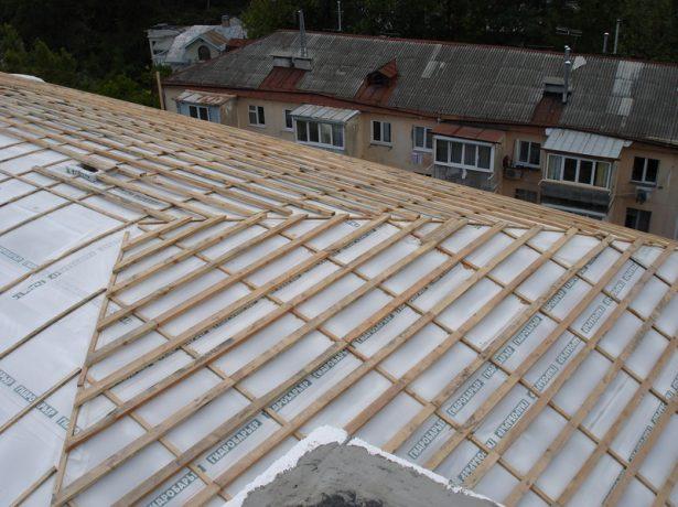 Плёночная гидроизоляция крыши перед монтажом покрытия