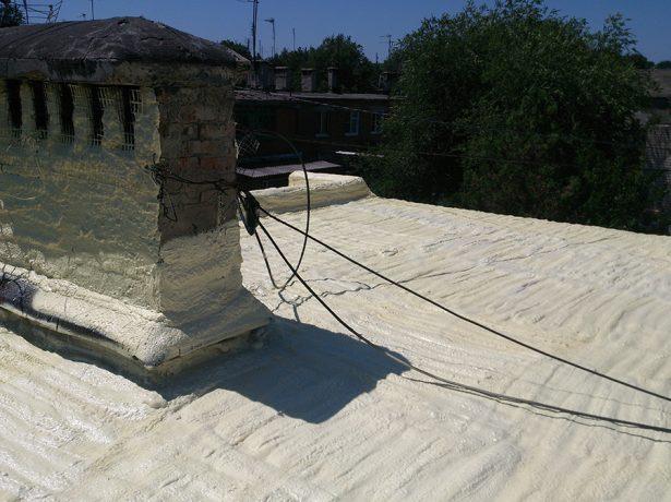 Нанесение пенополиуретана на плоскую крышу