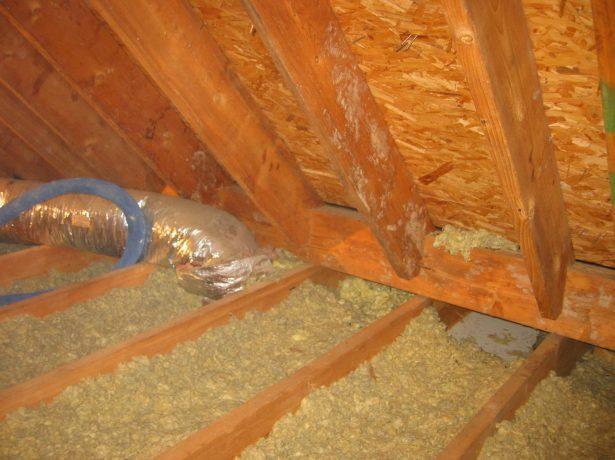 Утепление потолка снаружи опилками