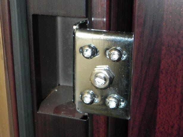 Скрытие петли на входной металлической двери