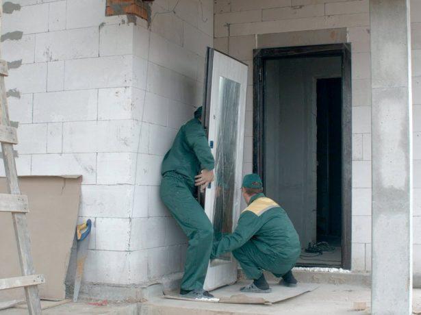 Установка входной металлической двери в строящийся дом