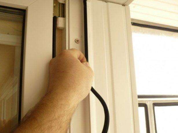 Демонтаж уплотнителя на металлопластиковой двери