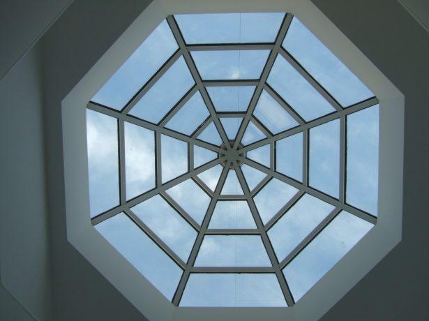 Зенитный фонарь на крыше в форме выпуклого восьмигранника