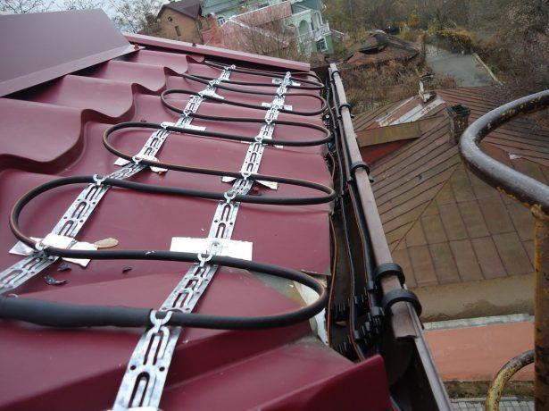Монтаж кабеля на карнизах