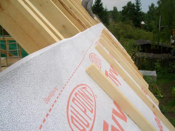 Монтаж гидроизоляции на скатную крышу