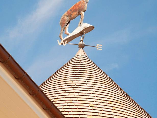 Флюгер на верхней точке крыши