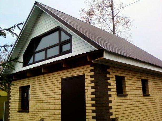 Треугольный фронтон с окном