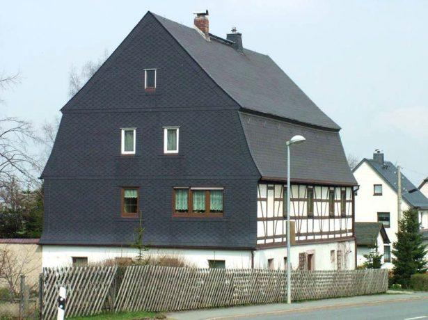 Дом с фронтонами из гибкой черепицы