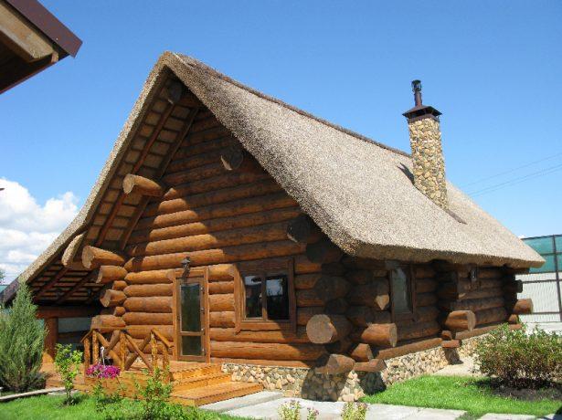 Двускатная камышовая крыша