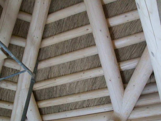 Открытая камышовая крыша