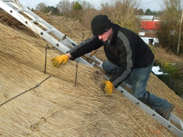 Ремонт крыши из камыша