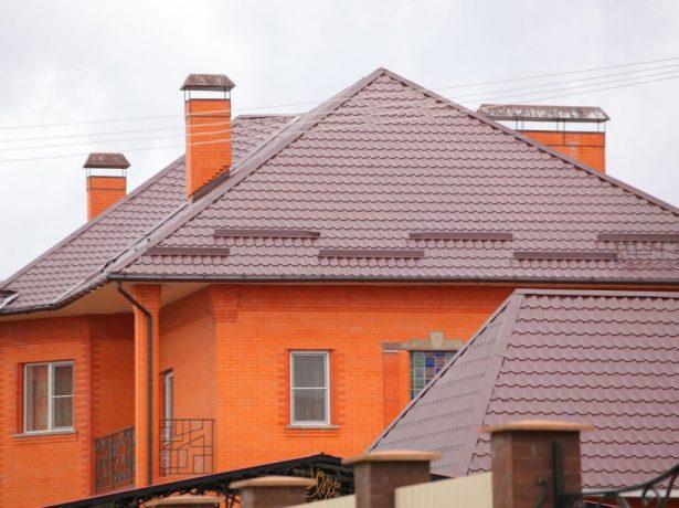 Большой дом с крышей из металлочерепицы