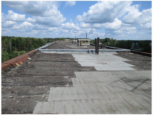 Плоская крыша из рубероида испорченным наполовину покрытием