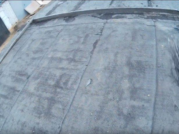 Очистка плоской крыши для ремонта