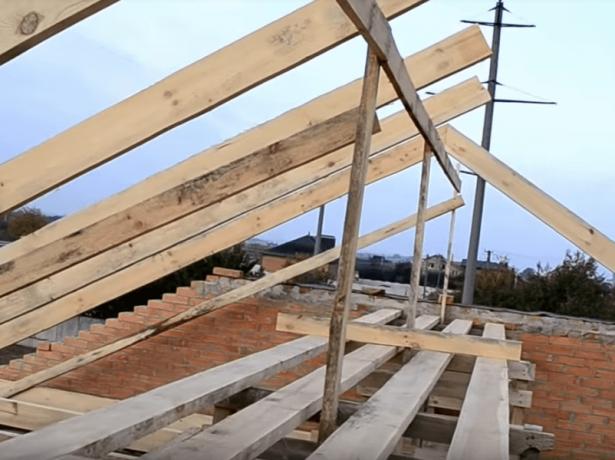 Возведение деревянной стропильной системы двускатной крыши