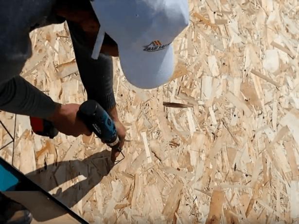 Крепление OSB плиты к обрешётке на саморез при помощи шуруповёрта