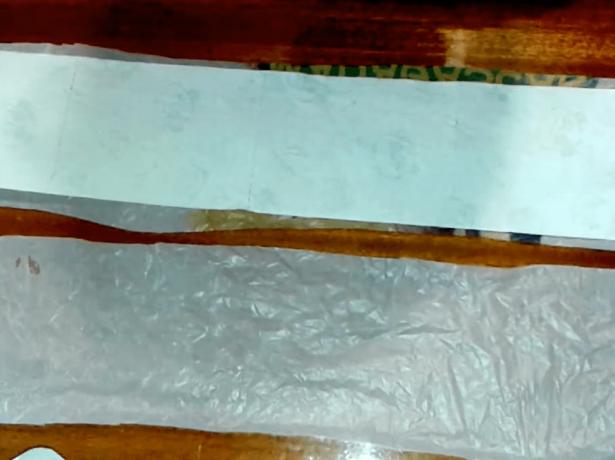 На подложку расстилают бумагу