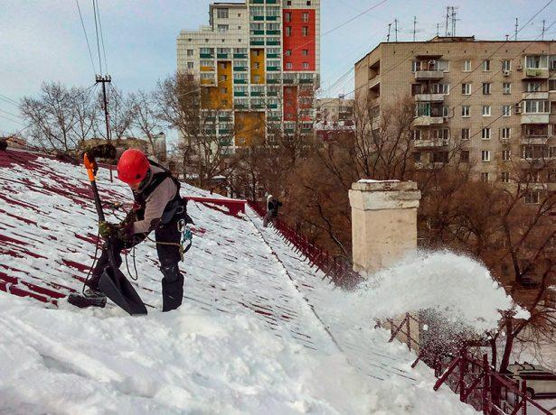 Очистка металлочерепицы от снега