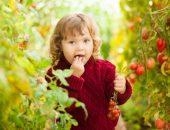 девочка ест томаты черри