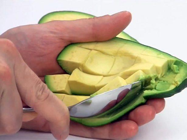 Разрезание авокадо на кусочки