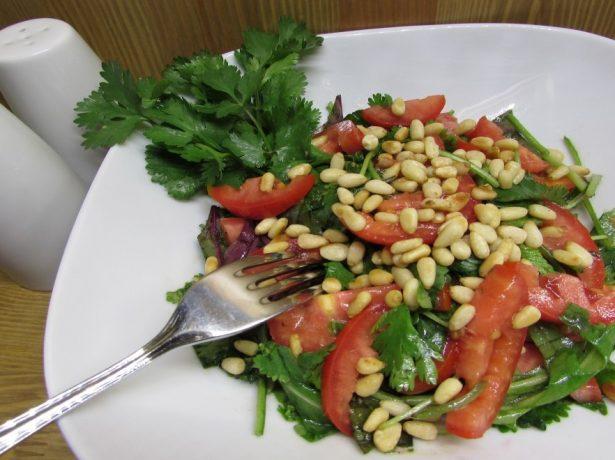 Салат из рукколы и кедровых орехов