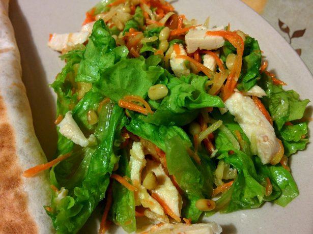 Салат из куриной грудки с рукколой