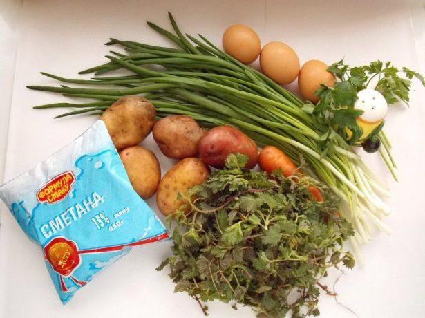 Крапива, овощи, зелень и сметана