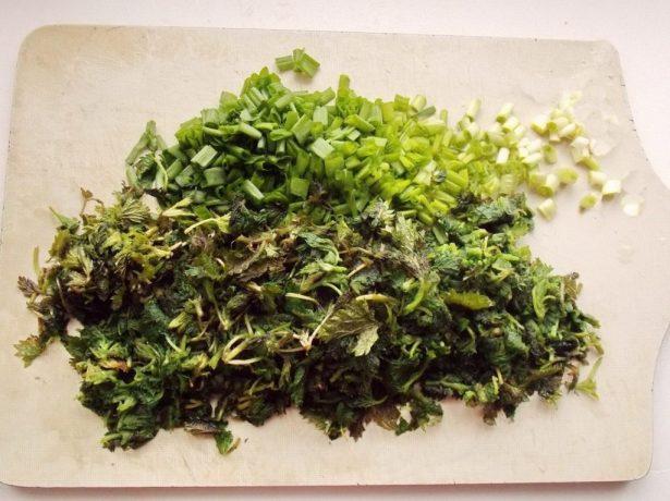 Нарезанная крапива и зелень