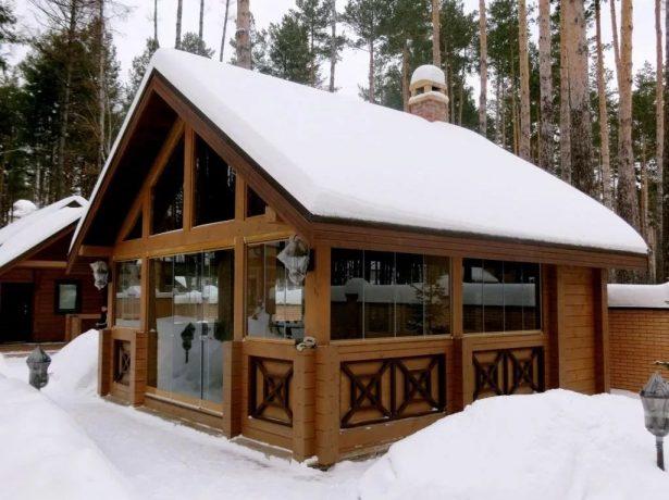 Закрытая летняя кухня зимой