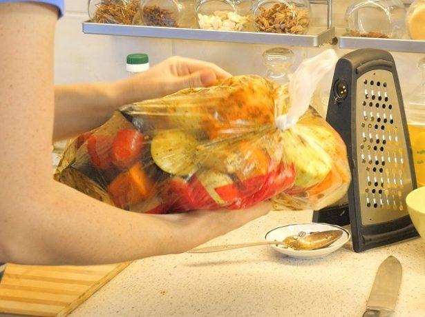 Мариновать овощи в пакете