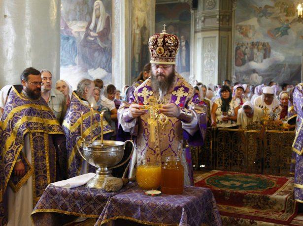 Освящение мёда в церкви