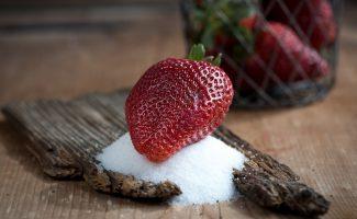 ягоды и сахар