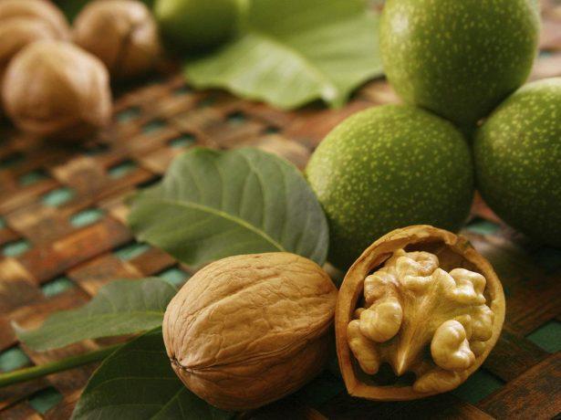 Плоды и листья грецкого ореха